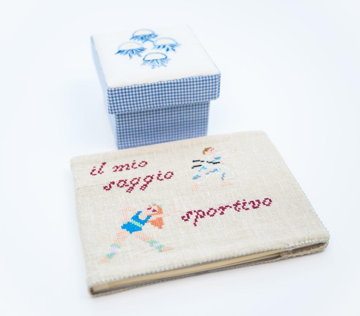 Album fotografico con copertina in tessuto ricamata, scatole decorate e ricamate